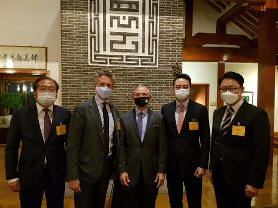 U.S. Ambassador Harry Harris, center, hosts a reception for a delegation from The New York Times, the publishing partner of the Korea JoongAng Daily, at his residence in central Seoul, Habib House, on Tuesday. From left, Lee Ha-kyung, chief editor of the JoongAng Ilbo; Stephen Dunbar-Johnson, international president of The New York Times Company; Harris; Hong Jeong-do, CEO of the JoongAng Ilbo and JTBC; and Ryu Kwon-ha, CEO of the Korea JoongAng Daily. [LEE MOO-YOUNG]