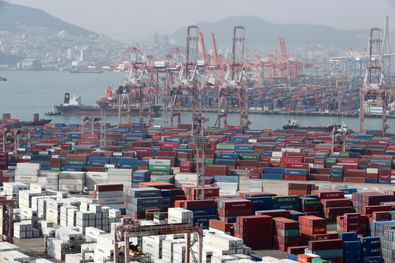 Cargo waiting for export piled up at a port in Busan on Oct. 27. The Bank of Korea announced that the economy grew 1.9 percent quarterly in the third quarter largely thanks to robust export. [YONHAP]
