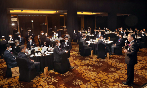 Minister of Culture, Sports and Tourism Park Yang-woo offers a congratulatory toast at the Korea JoongAng Daily's 20th anniversary reception at the Millennium Hilton Seoul on Wednesday. [PARK SANG-MOON]