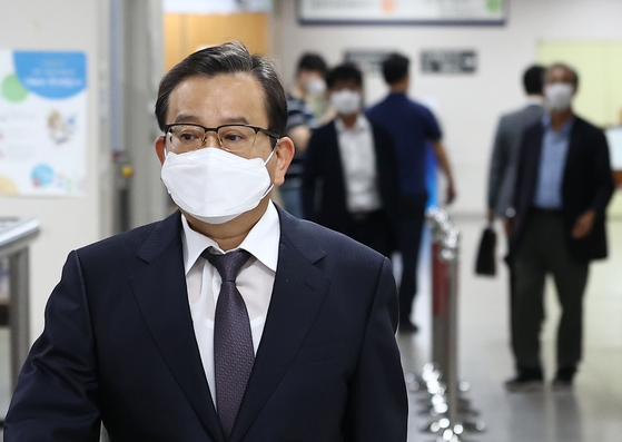Kim Hak-eui, who served six days as vice justice minister under former President Park Geun-hye, enters the Seoul High Court for his appeals trial sentencing on Wednesday. The court overturned his past acquittal and placed him under pretrial detention on a bribery conviction that day. [YONHAP]