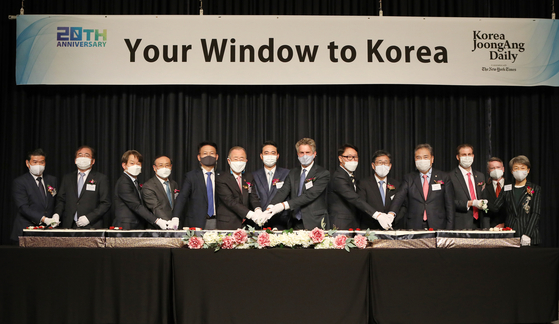 From left, James Kim, chairman and CEO of American Chamber of Commerce in Korea; Lee Ha-kyung, editor in chief of the JoongAng Ilbo; Park Chang-hee, CEO of the JoongAng Ilbo; Oh Se-jung, president of Seoul National University; Song Young-gil, chair of the National Assembly's Foreign Affairs and Unification Committee; Ban Ki-moon, president and chair of Global Green Growth Institute and former secretary-general of the United Nations; Hong Jeong-do, president and CEO of the JoongAng Ilbo and JTBC; Stephen Dunbar-Johnson, international president of The New York Times Company; Ryu Kwon-ha, CEO of the Korea JoongAng Daily; Park Yang-woo, minister of culture, sports and tourism; Park Jin, lawmaker of the People Power Party; Mozes Csoma, ambassador of Hungary to Korea; Anthony Spaeth, chief editor of the Korea JoongAng Daily; and Chung Jae-suk, administrator of the Cultural Heritage Administration. [PARK SANG-MOON]