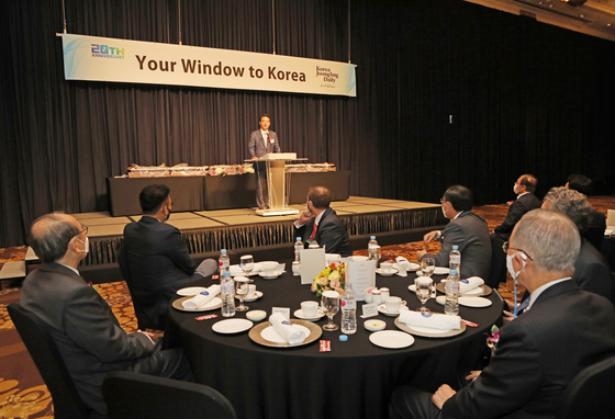 Hong Jeong-do, president and CEO of the JoongAng Ilbo and JTBC, addresses the audience at the Korea JoongAng Daily's 20th anniversary reception at the Millennium Hilton Seoul on Wednesday.[PARK SANG-MOON]
