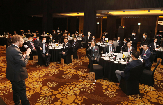 Mozes Csoma, ambassador of Hungary to Korea, offers a toast to the audience at the 20th anniversary reception of the Korea JoongAng Daily. [PARK SANG-MOON]