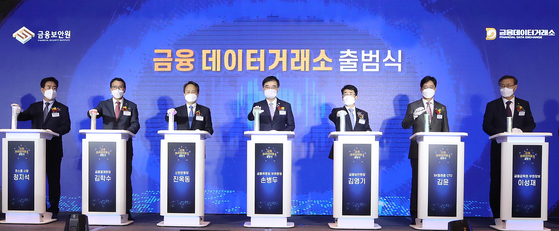 Vice Chairman at the Financial Services Commission Sohn Byung-doo, center, and other participants celebrate the opening of Financial Data Exchange in May. [Yonhap]