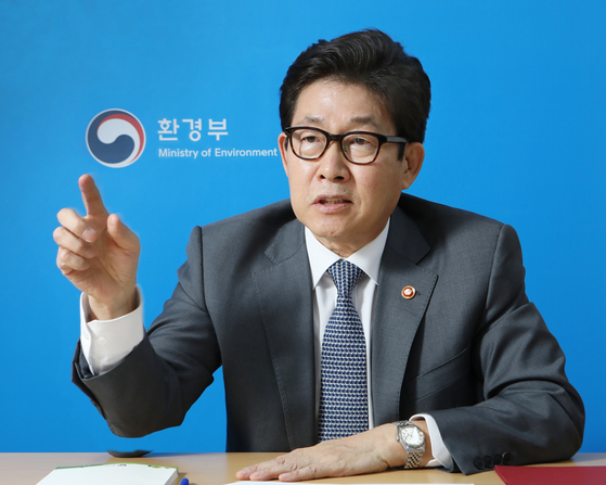 "Environment Minister Cho Myung-rae urges Korea to become a 'climate resilient society"" as he sits for an interview with the Korea JoongAng Daily on Oct. 15 at the Han River Flood Control Office in Dongjak District, southern Seoul, ahead of the newspaper's 20th anniversary. [PARK SANG-MOON]"
