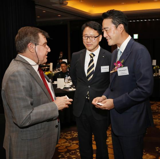 From right, Hong Jeong-do, president and CEO of the JoongAng Ilbo and JTBC; Ryu Kwon-ha, CEO of the Korea JoongAng Daily; and Andrey Kulik, ambassador of Russia to Korea at the anniversary reception. [PARK SANG-MOON]