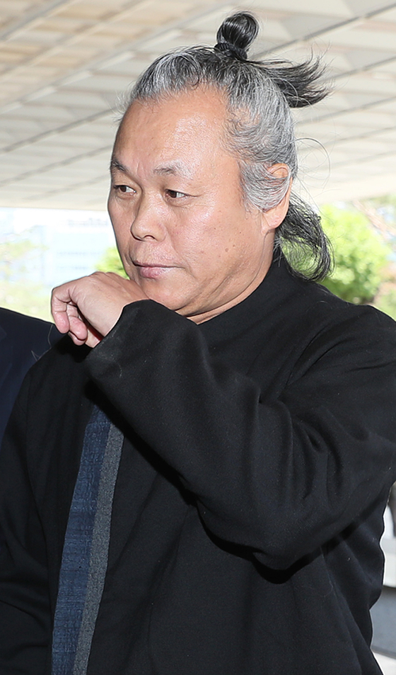 Filmmaker Kim Ki-duk walks into the Seoul Central District Prosecutors' Office in southern Seoul in June 2018 to file a libel suit. [YONHAP]
