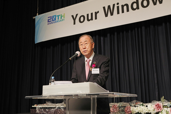 Ban Ki-moon, president and chair of the Global Green Growth Institute and former secretary-general of the United Nations, congratulates the Korea JoongAng Daily on its 20th anniversary at the reception on Wednesday. [PARK SANG-MOON]