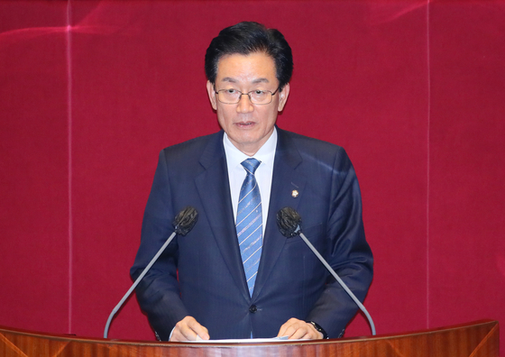 Rep. Jeong Jeong-soon of the Democratic Party speaks at the National Assembly on Thursday before lawmakers vote on a motion to allow his arrest. The motion was passed.  [YONHAP]