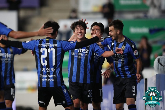 Incheon United players celebrate after scoring a winner during their match against Busan IPark at Incheon Football Stadium in Incheon on Oct. 24. [YONHAP]