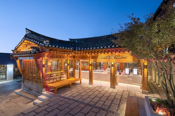 A new Baskin Robbins (BR) store in the hanok village in Samcheong-dong, central Seoul. According to BR Korea Thursday, the store is inspired by the Korean traditional hanok houses and weaving. It will sell exclusive dessert items and drinks that use traditional ingredients. [SPC GROUP]