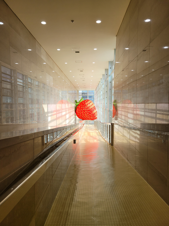 """Choi Jeong-hwa's inflatable sculpture 'Fruit Travel"""" installed at the Gyeongnam Art Museum. [MOON SO-YOUNG]"""
