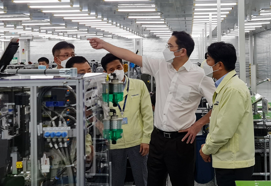 Lee Jae-yong, second from right, tours a Samsung Electronics smartphone manufacturing plant in Hanoi, Vietnam, during his visit last week. [SAMSUNG ELECTRONICS]