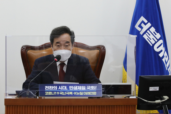 Chairman Lee Nak-yon of the Democratic Party speaks at the general assembly of lawmakers on Thursday.  [YONHAP]