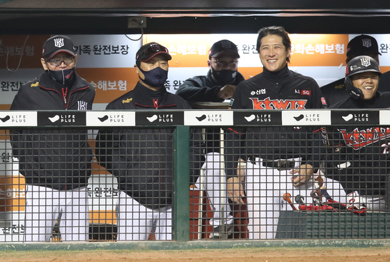 The KT Wiz players and coaching staff react to the news that the LG Twins lost 3-2 to the SK Wyverns on the sidelines of their game against the Hanwha Eagles at Hanwha Life Eagles Park in Daejeon. With the Twins' loss, the Wiz automatically finished second in the 2020 KBO regular season. [YONHAP]