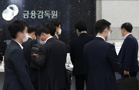 Executives from Shinhan Investment wait in line to participate in the sanctions review against sellers of Lime funds, Thursday, at the FSS office lobby in Yeouido, western Seoul. [YONHAP]