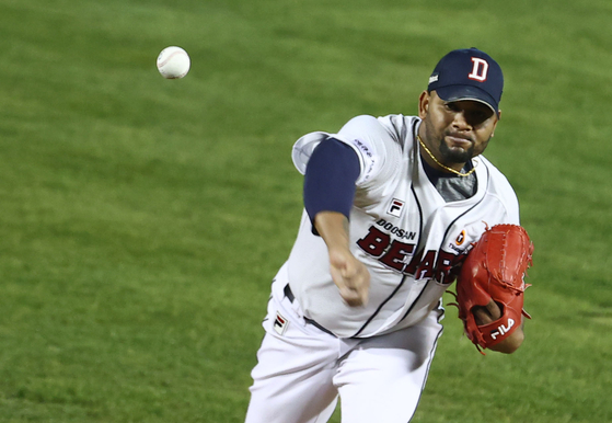 Doosan Bears pitcher Raul Alcantara throws a pitch during his team's 2-0 win over the Kiwoom Heroes at Jamsil Baseball Stadium in southern Seoul on the final day of the 2020 KBO regular season. [YONHAP]