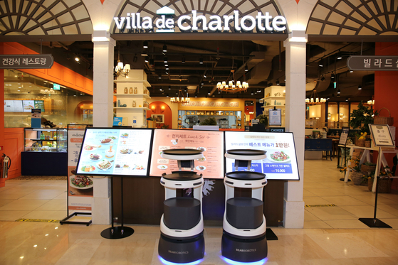 Lotte GRS's food-serving robot Penny in front of Villa de Charlotte in Lotte World Mall in southern Seoul. [LOTTE GRS]
