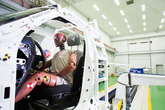 Hyundai Mobis tests its air bag using a launching sled and test dummies. [HYUNDAI MOBIS]