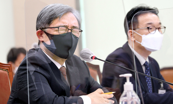 Choi Jae-hyung, head of the Board of Audit and Inspection (BAI), listens to questions from lawmakers in the Legislation and Judiciary Committee's regular audit of the government watchdog agency on Oct. 15. Choi said he had never seen such strong resistance from officials against the BAI's audit of the government's plan to phase out nuclear reactors. [OH JONG-TAEK]