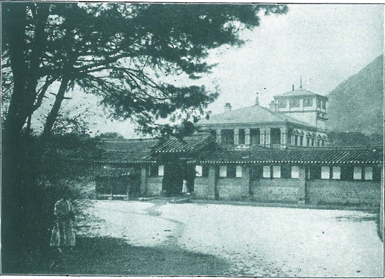 A photograph showing Gwanmungak, the King's study inside Gyeongbok Palace, which was Korea's first Western-style building designed by Sabatin. It no longer exists as it was demolished by the Japanese in 1915. [JOONGANG PHOTO]