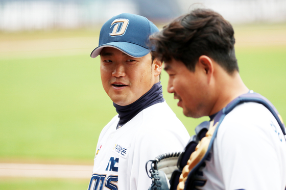 NC Dinos infielder Park Sok-min, left, and catcher Yang Eui-ji speak to each other ahead of their intrasquad game at Changwon NC Park on April 10. [YONHAP]