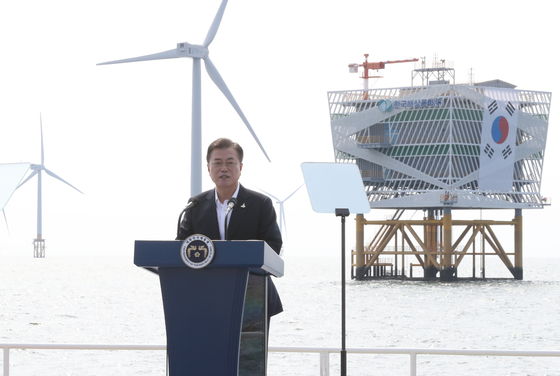 President Moon Jae-in makes a speech with the floating wind farm as a backdrop during his visit to Buan County in North Jeolla in July, a few days after a major Green New Deal briefing was held at the Blue House. [YONHAP]