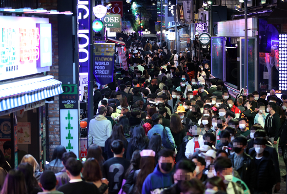 People crowd a street in Itaewon, central Seoul, last Saturday on Halloween. [YONHAP]