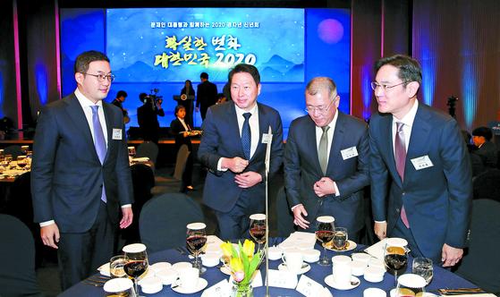 From left: LG Group Chairman Koo Kwang-mo, SK Group Chairman Chey Tae-won, Hyundai Motor Group Chairman Euisun Chung and Samsung Electronics Vice Chairman Lee Jae-yong. [YONHAP]