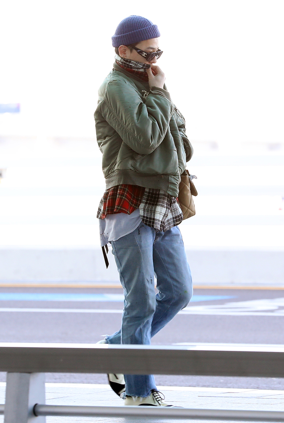 G-Dragon is spotted at Incheon International Airport in January. [ILGAN SPORTS]
