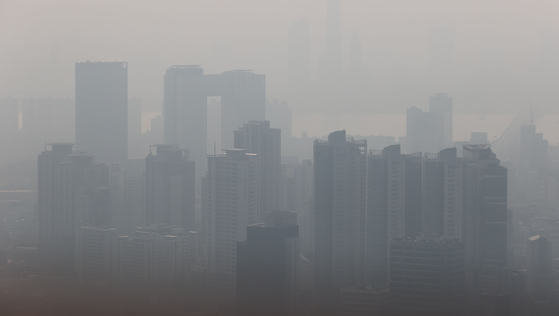 Seoul covered with heavy fine dust on Monday. [YONHAP]