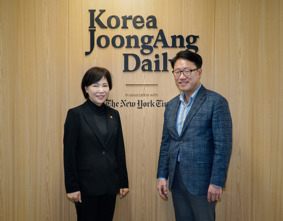 Jeon Hyun-heui, left, chairperson of the Anti-Corruption and Civil Rights Commission, makes a courtesy call for Ryu Kwon-ha, CEO of the Korea JoongAng Daily, in Sangam-dong, western Seoul, on Monday. [JEON TAE-GYU]