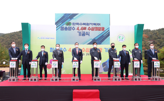 KHNP President Chung Jae-hoon, fifth from right, attends a ceremony celebrating a wind farm in Cheongsong, North Gyeongsang, on Oct. 21. [YONHAP]