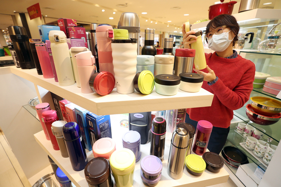 A customer looks at a thermos displayed at a department store in Daegu on Tuesday. According to the department store, thermos sales have gone up 10 percent as the Korean college scholastic aptitude test has been moved to December from its usual November, largely due to Covid-19. [YONHAP]