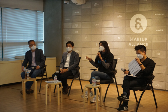 From left, Startup Alliance Chief Operating Officer Lee Ki-dae, Prof. Kim Kwang-hyun of Korea University Business School, Kakao Ventures CEO Chung Shin-a and Rocket Punch CEO Cho Min-hee talk in a panel discussion held Tuesday in Gangnam, southern Seoul. [STARTUP ALLIANCE]