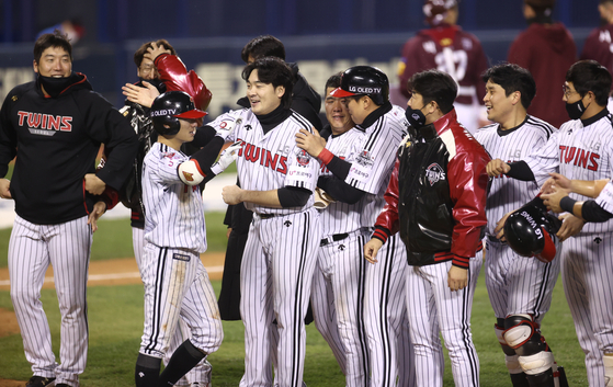 The LG Twins players celebrate after defeating the Kiwoom Heroes 4-3 in Game 1 of the Wildcard Series at Jamsil Baseball Stadium in southern Seoul on Monday. With a win, the Twins advance to the first round of the postseason. [YONHAP]
