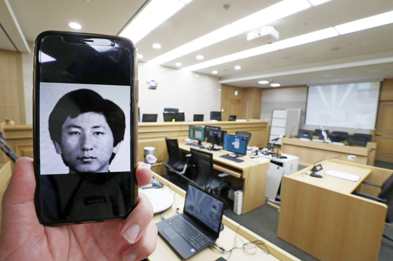 A high school picture of Lee Choon-jae, the convicted murderer who confessed to 14 murders throughout the 1980s and '90s, in the Suwon courtroom where he took the witness stand on Monday. [YONHAP]