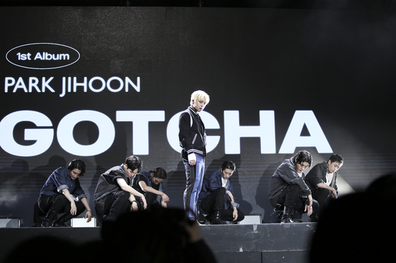 "Singer Park Ji-hoon performs his new track ""Gotcha"" on Wednesday afternoon during an online showcase for his first full-length album, ""Message."" [MAROO ENTERTAINMENT]"