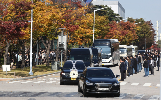 A hearse carrying the coffin of the late Samsung Group Chairman Lee Kun-hee and other vehicles exit the Samsung Electronics plant in Hwaseong, on Wednesday. [YONHAP]
