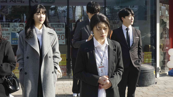 Actors Yoon chan-young, pictured in the top, and Jeong Ha-dam, above, portray Joon and Se-yeon's daughter Mi-rae, who represent the youths in this era today. Whether they are employed or not, each suffer from the harsh realities of Korean society. [LITTLE BIG PICTURES]