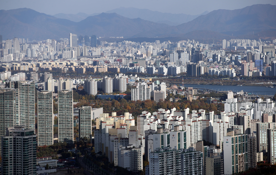 View of apartments in Seoul on Nov. 3. The government announced the raising of the assessed value of apartments to 90 percent of the market value in the next 10 years. In exchange for the lower burden the government decided to lower property tax by 0.05 percentage points for apartments whose assessed value are 600 million won or less. [YONHAP]