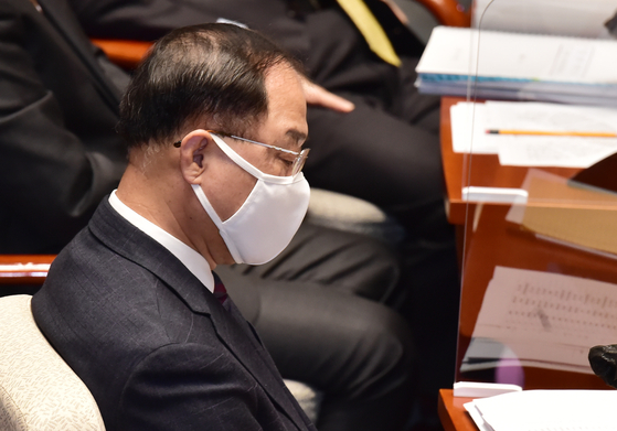 Finance Minister Hong Nam-ki at the National Assembly on Nov. 4 where lawmakers questioned on next year's budget. Hong said he will continue his job as Finance Minister but stressed that his resignation tender was sincere. [YONHAP]