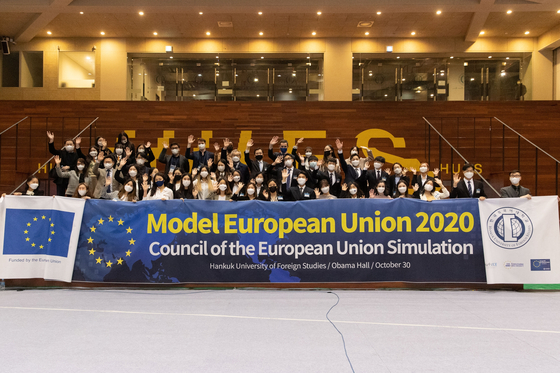 Participants at the Model European Union 2020 pose during an event, held Oct. 30, at the Obama Hall in Hankuk University of Foreign Studies (HUFS). The Jean Monette EU Centre of HUFS held an educational simulation of the EU on the topic of climate change and the environment. [HUFS]