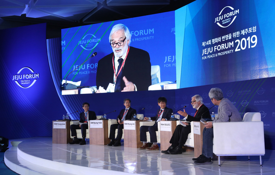 Panelists speak at a session of the Jeju Forum for Peace and Prosperity held in May 2019. The three-day 15th Jeju Forum will take place from Thursday to Saturday at the Lotte Hotel Jeju in Seogwipo in a hybrid in-person and virtual format after being rescheduled from late May because of the coronavirus pandemic. [WOO SANG-JO]