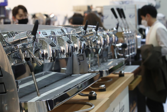 Coffee machines are displayed at the Seoul International Cafe Show held at Coex in Gangnam District, southern Seoul, on Wednesday. Due to Covid-19, the exhibition is held both in person at Coex and online. Some of the sessions include collaborations with famous YouTubers. [YONHAP]