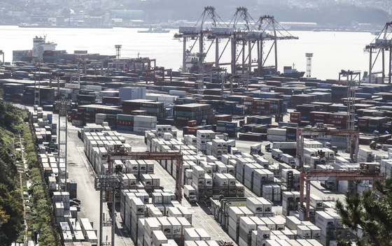 Containers for import and export are piled up at Sinseondae Dock in Busan on Thursday. The Bank of Korea on Thursday said tentative statistics for Korea's balance of trade showed $10.2 billion in September, surpassing $10 billion for the first time in two years. The central bank said the annual value might get close to the projected $54 billion. [YONHAP]