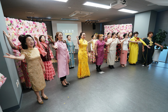 A group celebrates the opening of a center for multiethnic families in Dongdaemun on Jan. 7. [DONGDAEMUN DISTRICT OFFICE]