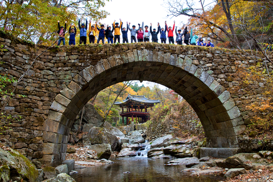 A bridge to Seonam Temple in Suncheon, South Jeolla. [LIETTO]