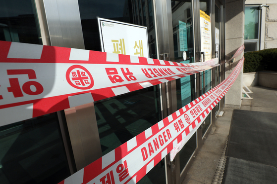 A life science department building at Korea University in Seongbuk District in northern Seoul Thursday is shut down after a student contracted Covid-19 earlier this week. [NEWS1]