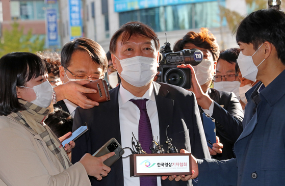 Prosecutor General Yoon Seok-youl is surrounded by reporters as he enters the Daejeon District Prosecutors' Office on Oct. 29. [YONHAP]